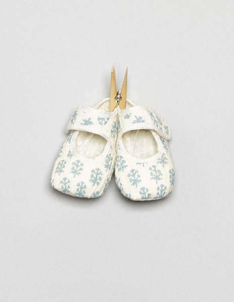 White buti print baby shoes